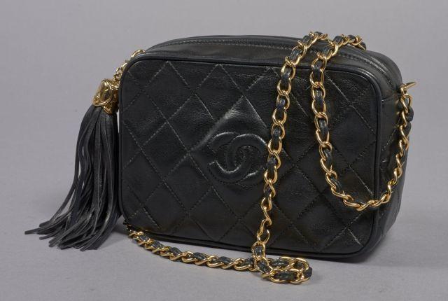 CHANEL, Vintage sac en cuir d agneau noir matelassé siglé CC avec une anse a6e624fe401