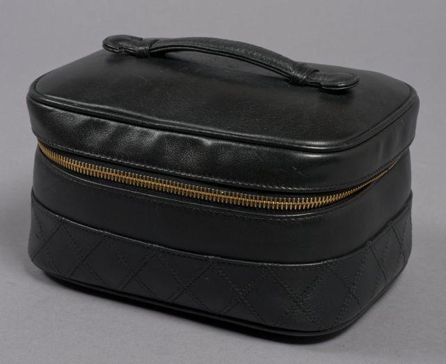CHANEL, Trousse de toilette Vanity en cuir noir, la base en cuir matelassé, 8ca1add297d