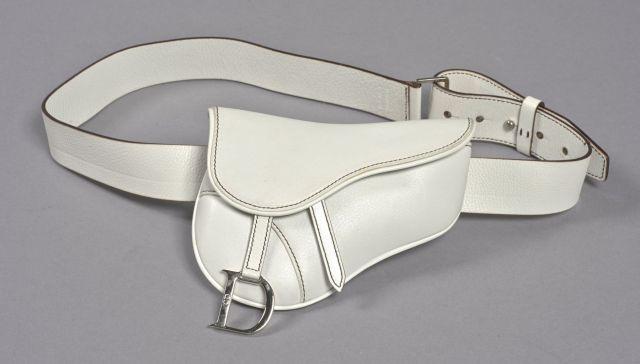 5c52d94b7ea2 DIOR, Pochette ceinture en cuir blanc avec surpiqûres noires, bandoulière  en cuir réglable,