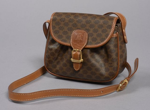 CELINE, Petit sac d épaule en toile monogrammée marron avec anse bandoulière  réglable en 91d1ed6ba4d