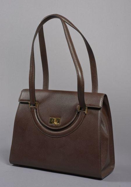 076ec9ff63d5 BALLY, Sac légèrement trapézoïdal en cuir grainé marron avec deux anses,  fermoir en métal