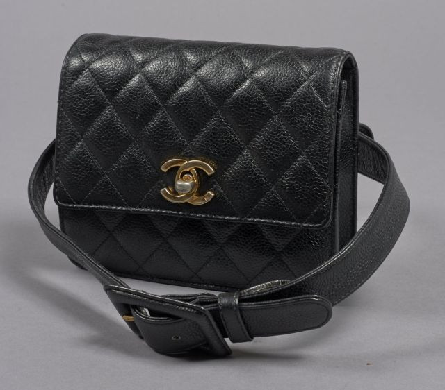 cfc16722e426 CHANEL, Mini Timeless en cuir caviar noir, fermoir siglé en métal doré.  Intérieur