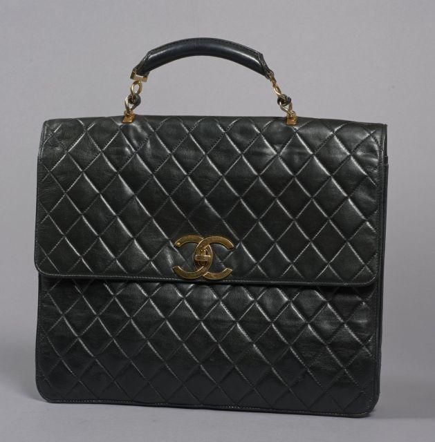 CHANEL, Porte-documents à soufflets en cuir matelassé noir avec garniture  en métal doré 9e1fcf0fe56