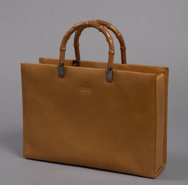 12ccc9418f98 GUCCI, Sac à main en cuir grainé gold avec deux poignées en bambou,  garniture