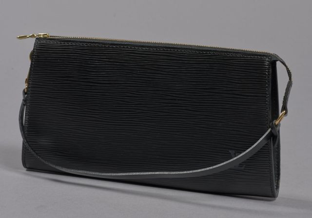 Louis VUITTON, Pochette en cuir épi noir. Dimensions : 13.5 x 24 cm...