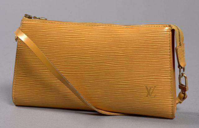 Louis VUITTON, Pochette accessoire en cuir épi jaune, petite anse. Très bon...
