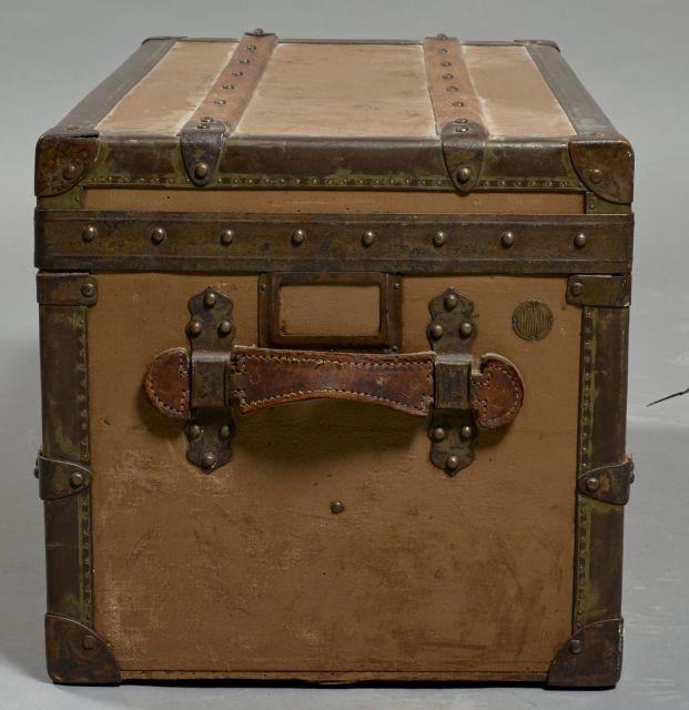 9a03eae632e5 ... MOYNAT, Petite malle de voyage en toile marron sur bois, bordures en  métal clouté ...