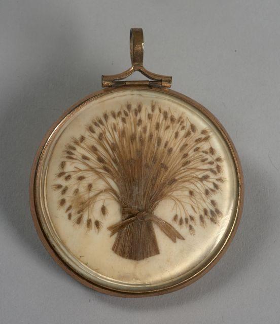 GAGE D AMITIE médaillon rond en métal doré en partie églomisé contenant de  chaque coté ... 8a71910dbfa
