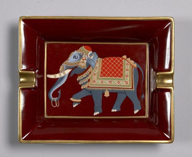 HERMES, Cendrier en porcelaine rouge avec en son centre un éléphant en  tenue d  9f85763e47c