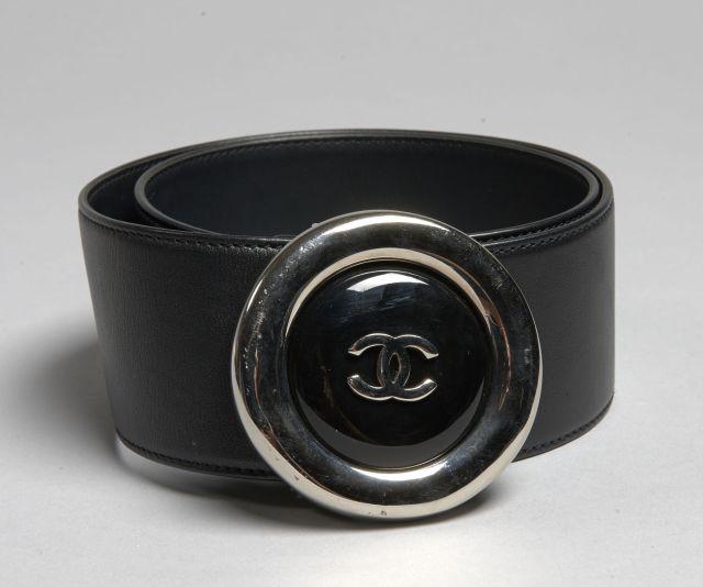9047b66abe12 CHANEL, Printemps 1997, Ceinture en cuir de veau noir, boucle siglée en  métal