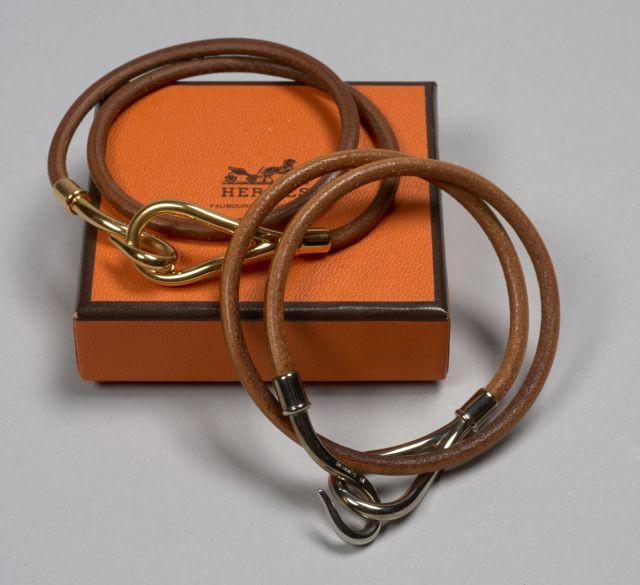 HERMES, Deux bracelets Jumbo double tours en cuir, l un le fermoir doré 5232de405f8