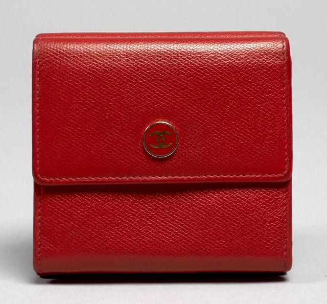 b028dbae024d CHANEL, Portefeuille porte-cartes porte-monnaie en cuir rouge. 9.5 x 10