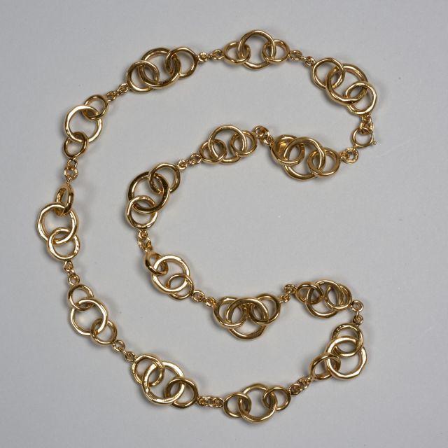 e54bba1e24e7 CHANEL, Grand sautoir en métal doré à maillons ronds de différente taille.  Long.