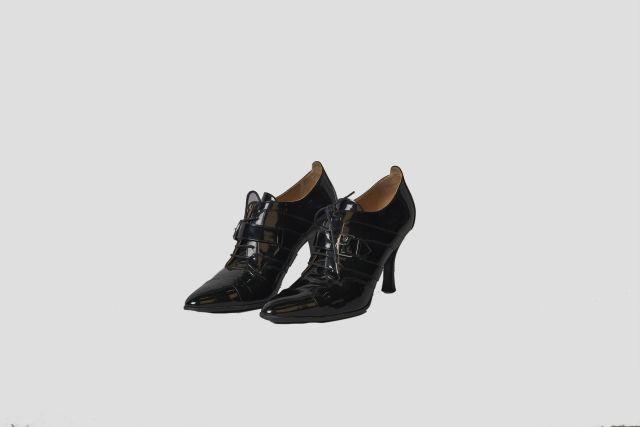 HERMES Paris, Paire de chaussures à lacets d inspiration Richelieu en veau  verni noir 7dbfb8ac203