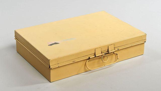 ef182d59512e ... Louis VUITTON, début du XXème Siècle, Malette de voyage en fer laqué  paille contenant