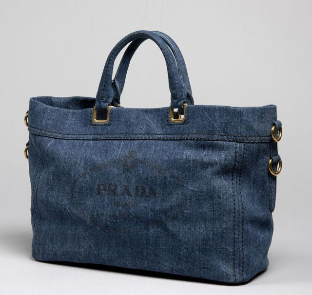 8349d471e06b PRADA, Grand sac porté main en jean, garnitures en métal doré, siglé sur