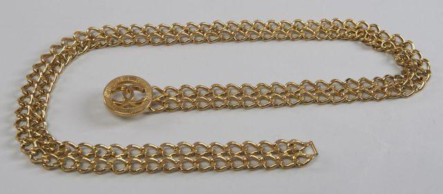 CHANEL, Ceinture en métal doré composée de deux chaines accolées, fermeture  par crochet orné e440202e8bf