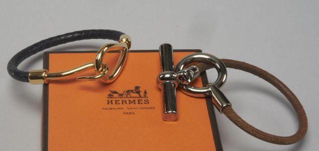 HERMES Deux bracelets, l un en cuir naturel avec une boucle en métal blanc 1f7c1461b0f