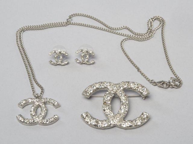 CHANEL Parure CC en métal blanc orné de strass, comprenant un pendentif sur  une longue 4528e8fa094