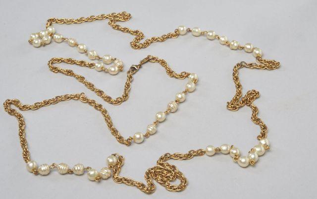 CHANEL, (1984) Long sautoir chaine en métal doré intercalé de perles d  7ec7d8ddb54