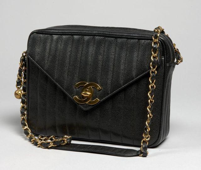 48dd4f2d66 CHANEL, Grand sac bandoulière en cuir caviar noir surpiqué à la verticale,  grand rabat