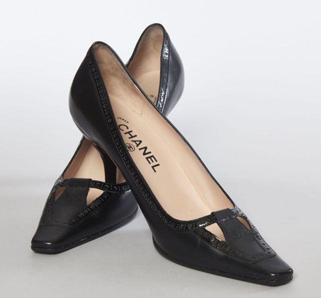 CHANEL, Paire d escarpins en cuir noir fendu et percé d un CC f32819b847da