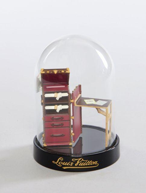 7e798974fc9d Louis VUITTON, Malle Stokowski 2011, La malle en miniature sous globe façon  boule de