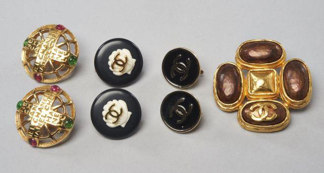 8d360a40bb75 CHANEL, Broche en métal doré mat orné de trois cabochons ovales brun  mordoré. 4