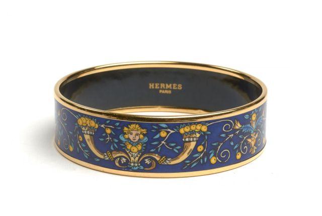 HERMES Bracelet large en émail et métal plaqué or à décor de mascarons  flanqués de cornes cb5b71ecd9f