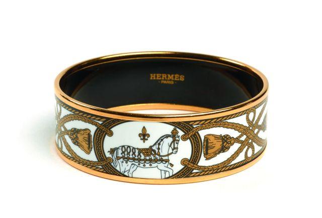 HERMES Bracelet large en émail et métal plaqué or, à décor doré de chevaux  dans 89a95100650