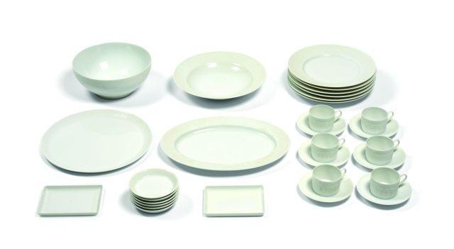 30beaf4d85758 ... porcelaine blanche de Limoges comprenant 30. HERMES Partie de service  de table