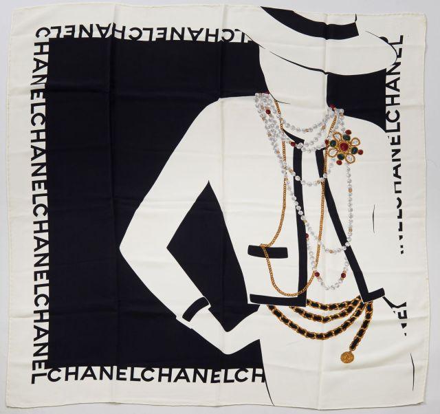 46ede4998966 CHANEL, Foulard en soie noire et blanche à décor de bijoux, inscriptions
