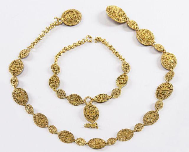 CHANEL, Ceinture en métal doré siglée, et tour de cou. Gold metal belt 12a5e824756