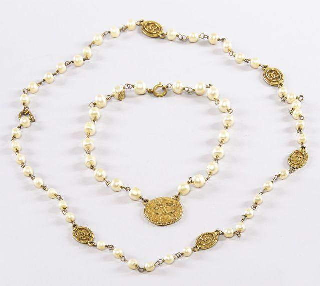 CHANEL, Tour de cou en chaînes dorées, imitation perles de culture et  médaillon frappé 64623693724