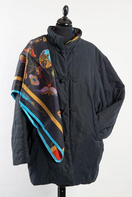 HERMES Paris made in france Veste kimono noire et carré en soie imprimée  titré 2f44aab609c