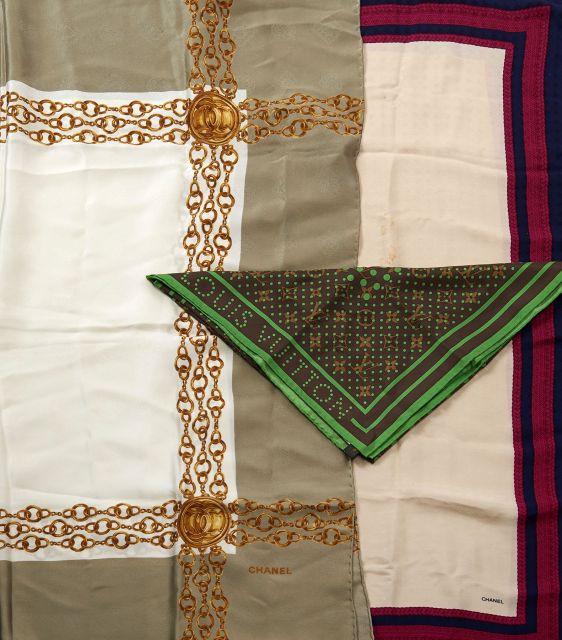 fdd543065c3a CHANEL et Louis VUITTON Deux carrés en soie à motif de chaines et l autre