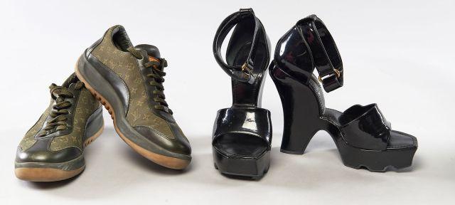3720c80ba6f85b Louis VUITTON, Deux paires de chaussures : - Une paire à semelles compensées  en vernis
