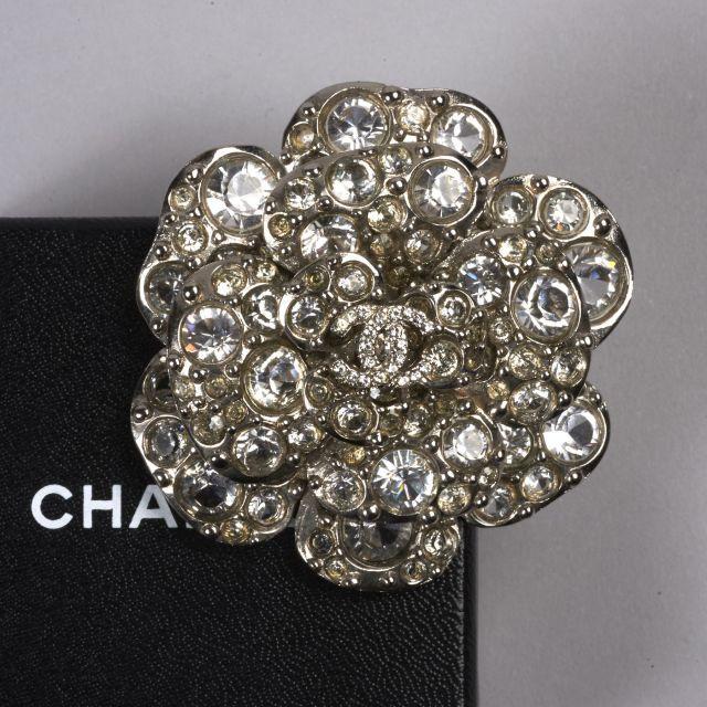 CHANEL, 2007, Broche strass composée de verres imitation diamant. Monture  en métal argenté c2e4b408d44
