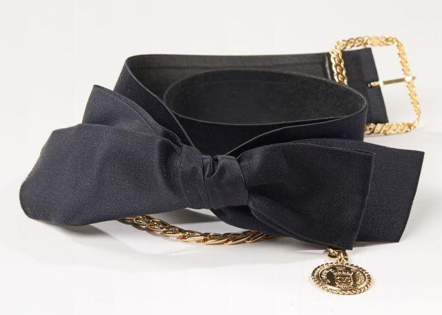 CHANEL, Elégante ceinture en satin avec un grand noeud devant, chaîne dorée  ornée d 2f97876a440