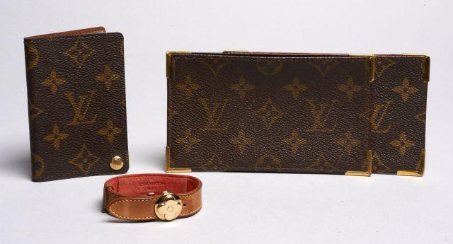 Louis VUITTON, Bracelet en cuir naturel marron monogrammé. Intérieur du  bracelet en cuir rouge fd71b4d3b6e