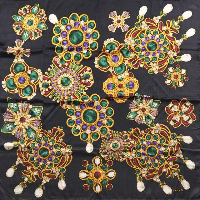 CHANEL, Carré en soie à fond noir, très beaux motifs inspiration bijoux  dorés et 4e04a0956dd