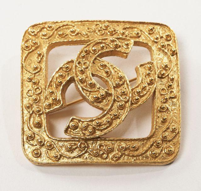 e417f0bc4b7f CHANEL, Broche losangique en métal doré siglé d un grand CC. 5 x