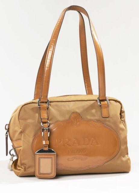 bbdcf2e31c PRADA, Petit sac shopping en nylon et cuir verni marron clair. Porté main.