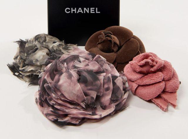 CHANEL, Quatre broches camélia, - deux en mousseline de soie, signées sur  plaque bde8843d39f