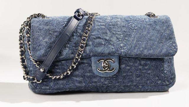CHANEL, Sac en jean denim bleu surpiqué de motifs géométriques et camélias.  Portée épaule 383ab8c4365