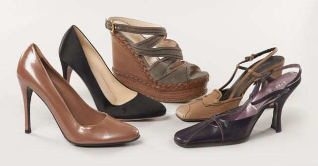 95194e4ceb172d Cinq paires de chaussures à talons : une paire d'escarpins en satin