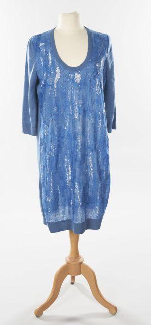 7d6da20e1794 Louis VUITTON, Robe pull en laine et soie bleue brodée de sequins sur le  devant