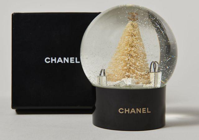 CHANEL, Ravissante boule sapin de Noël en verre, le pied du sapin est garni 2a3adfe4d7f