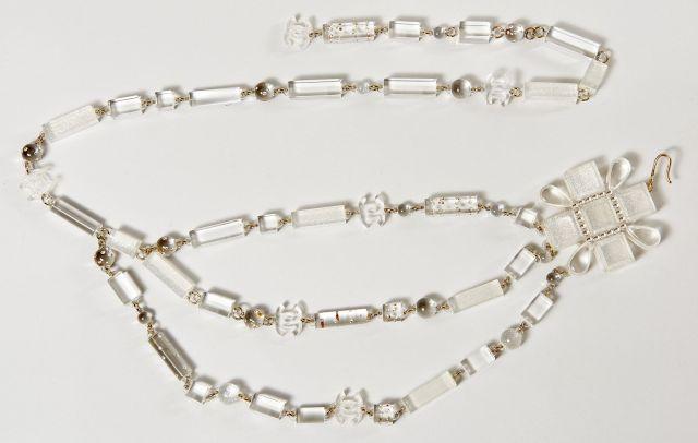 CHANEL, Belle ceinture en bakélite transparente ornée de cubes , cylindres,  sphères et CC 35b68bdecc4