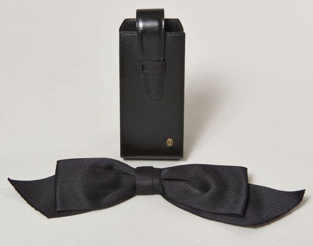 CHANEL, CARTIER, Une broche noeud noire et un étui à lunettes en cuir noir 0065c1cff83a